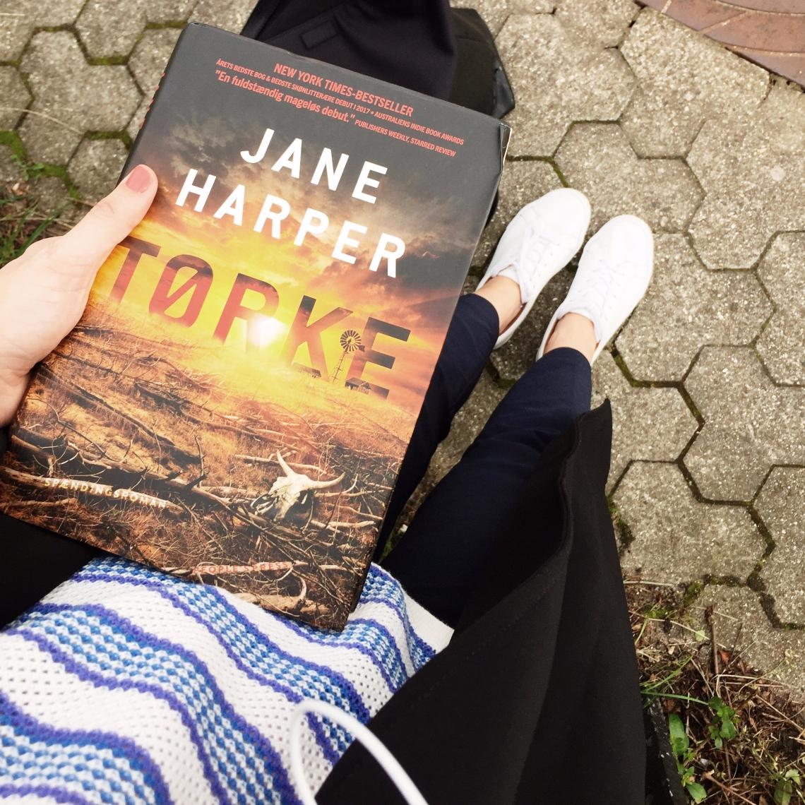 Et billede af bogen tørke og en bogblogger og forår og modetøj