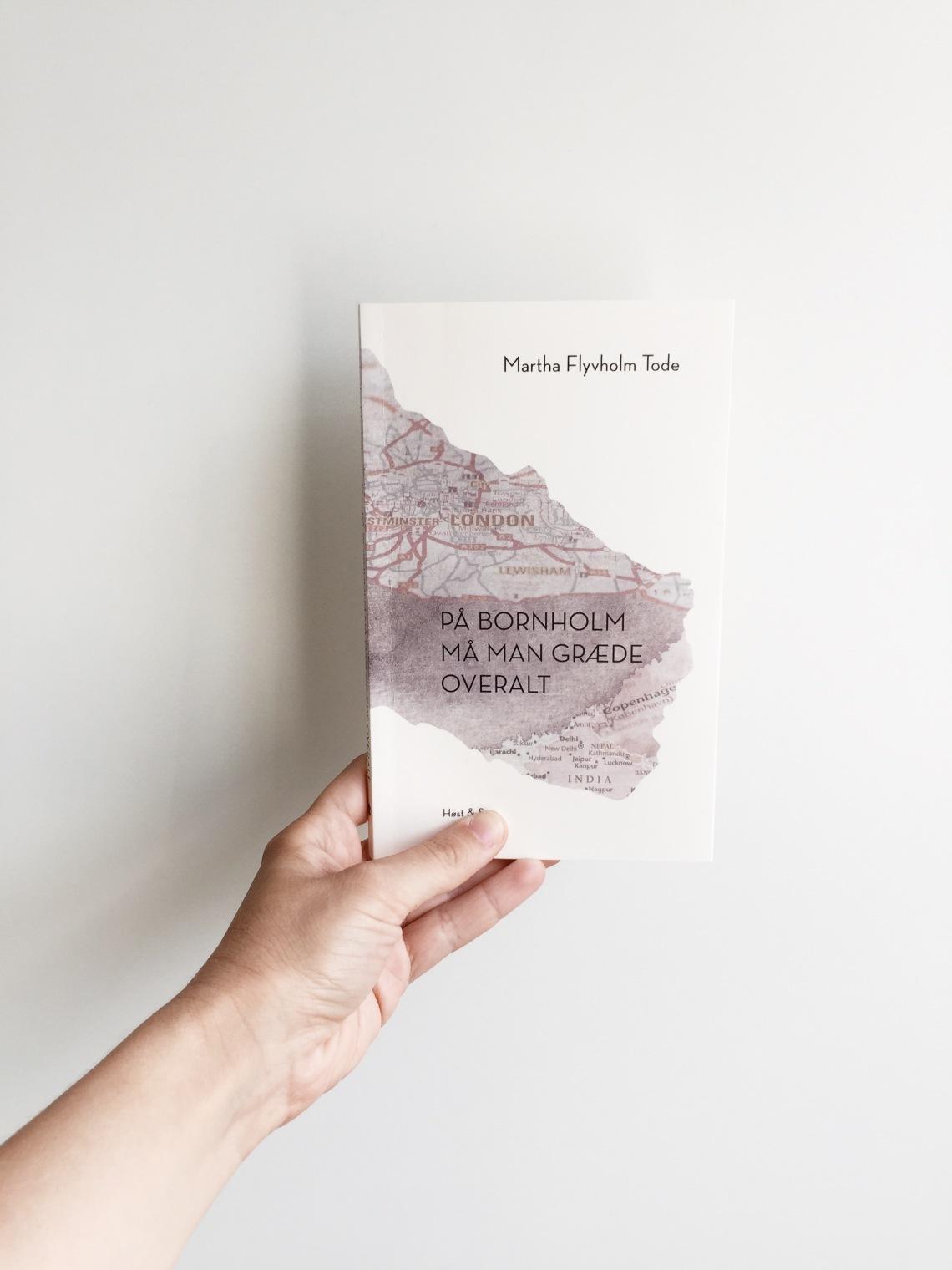 Et billede af bogen PÅ BORNHOLM PÅ MAN GRÆDE OVERALT, der er skrevet af Martha Flyvhom Tode og udgivet på forlaget Høst & Søn